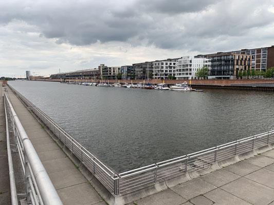 Der Europahafen ist quasi mitten in der Stadt ... Nach drei Tagen mit Besuch von Lars, Sören und Verena an zwei Rotweinreichen Abenden geht es nun morgen los Richtung Borkum!