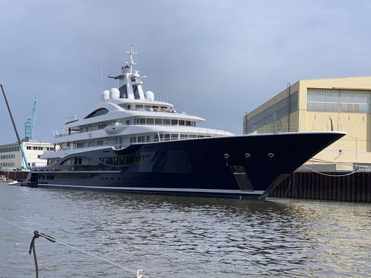 ... hoch die Weser ... vorbei an den Superyacht - Werften, wo beeindruckende Yachten liegen (hier nur ein Beispiel)