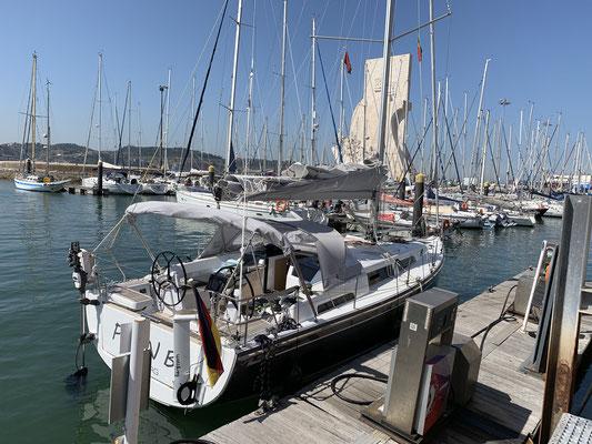 Da nicht nur der Trockner in der Marina, sondern auch die Dieselzapfsäule seit Wochen defekt war habe ich einen kleinen Pit-Stop in einer Marina direkt im Zentrum von Lissabon  zum Tanken eingelegt! Mit vollem Tank und 2 x 20Liter im Kanister gehts weiter