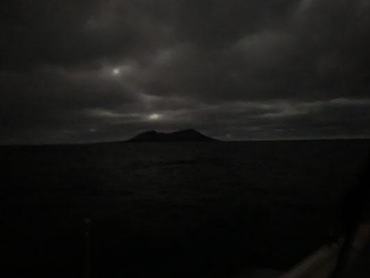 im ersten Morgenlicht nach der zweiten Nacht sieht man die nördlichste kleine Insel an der Nordspitze von Lanzarote ... ich habe wieder extra etwas getrödelt, um mich im Hellen durch die Felsen zu schlängeln