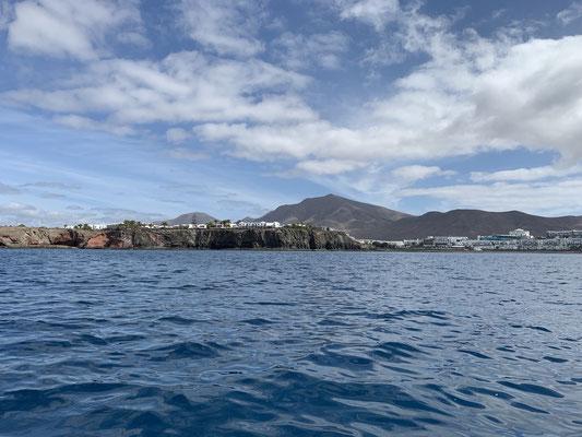"""... zum Glück hat der Wind gedreht während ich zu Besuch auf der """"Mola Mola"""" war ... so bin ich mit Rückenwind hin und zurück gefahren ! Perfekt! ... Vom Wasser sieht Lanzarote auch ganz nett aus!"""