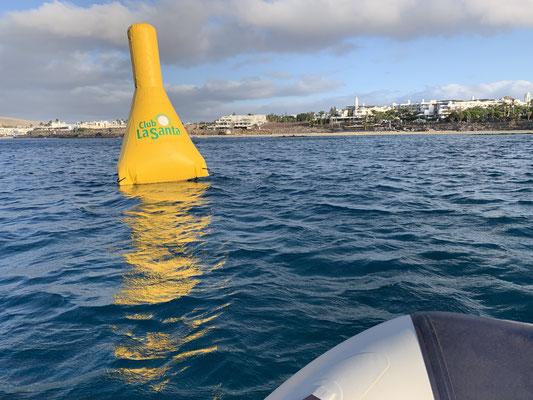 .. dann wollte ich mir früh morgens den Schwimmwettbewerb vom Lanzarote Triathlon anschauen, der direkt vor dem Hafen stattfinden sollte ... hat er auch, aber ich habe verschlafen ;o/ ... die Bojen habe ich noch gesehen! Immerhin!