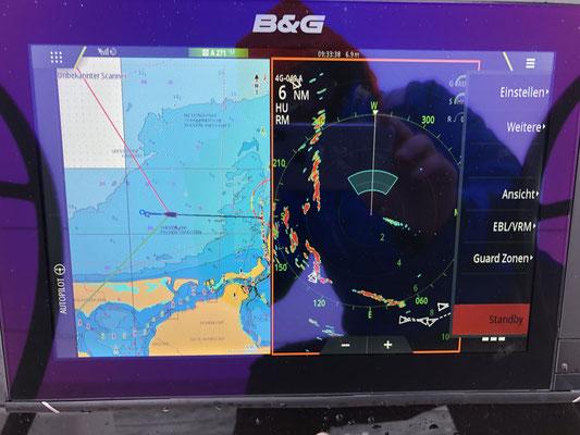 Am nächsten Tag geht es dann durch den Strelasund auf die Ostsee ... hier ist genug Platz und Zeit um schonmal Plotter, Radar, Einrichten Warnsektor auf dem Radar usw. zu testen. ... Funktioniert alles wie ne Eins!
