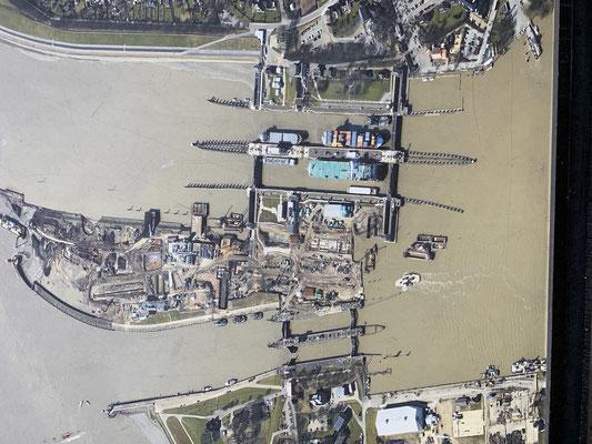 """Die untere Schleuse (südliche Schleuse) ist in der Regel die Sportbootschleuse ... oben rechts im Bild sieht man den """"Wartehafen"""" für die Schleuse. In dem Wartehafen mache ich für die Nacht fest."""