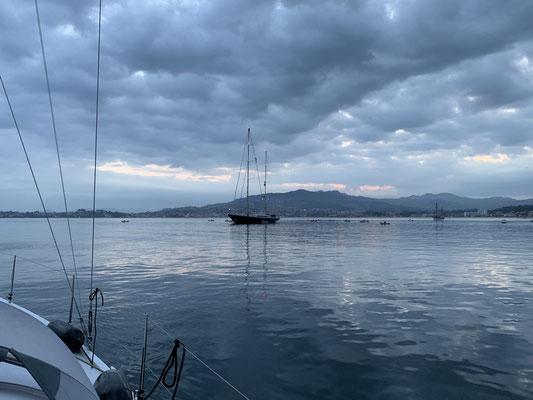 ...  wo es in einer sehr geschützten Bucht auch größere Segelyachten hinverschlagen hat (hier eine große britische Yacht vor Anker)