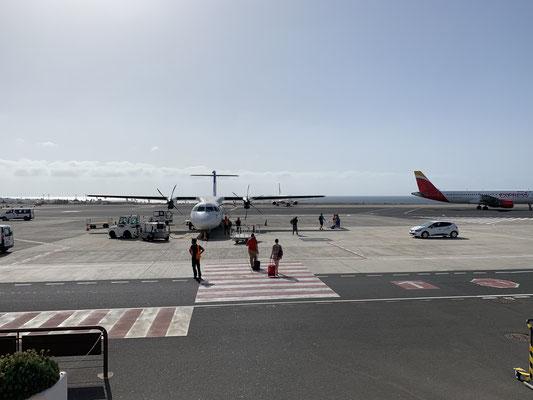 Die Propellermaschine erinnert mich an die Intersky-Flüge von Hamburg nach Friedrichshafen ... von Gran Canaria geht es dann am Nachmittag mit Condor direkt weiter nach Hamburg.