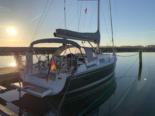 In den letzten zwei Wochen in Warnemünde ist alles am Boot was repariert werden musste, perfekt von Hanse repariert worden. Nun stand noch die Montage einer Windsteueranlage, einer Wasserentsalzungsanlage und eines Watt&Sea Hydrogenerators an.