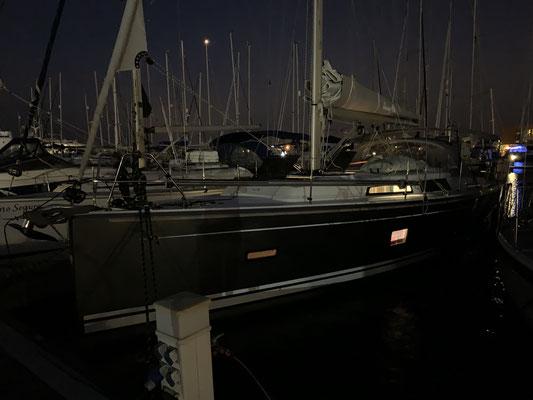 Ehe ich mich versehe ist es dunkel ... aber das Boot ist auch so gut wie Startklar ... jetzt noch schnell alles verstauen, was unterwegs durch die Gegend fliegen könnte ...