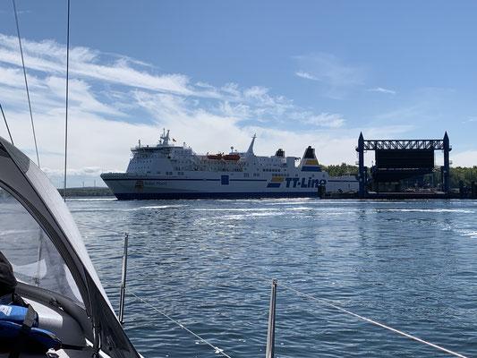 ... vorbei an einer großen Fähre aus Skandinavien, die direkt vor mir dreht und rückwärts anlegt ...