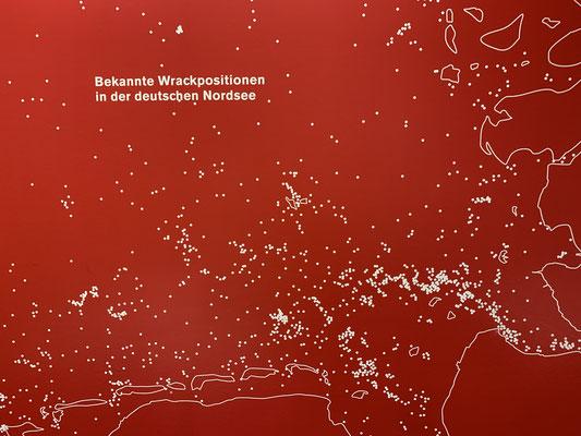 ... in dem eine Karte der bekannten Wrackpositionen in der Nordsee hängt. Der Bereich unten rechts im Bild ist genau die Strecke die ich morgen nach Bremen fahren möchte. Ich hoffe es kommt nicht ein Punkt dazu!