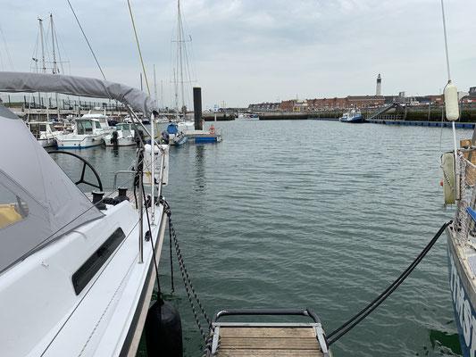 In Calais wurden für mich erstmal alle Ampeln im Hafen auf rot gestellt, da ich mich nicht per Funk bei der Port Control angemeldet hatte ... nach einer Entschuldigung durfte ich weiterfahren ... Die Marina Calais ist aber ziemlich häßlich ...