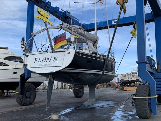 ... da ist das Boot einmal kurz aus dem Wasser gehoben worden, um den Rumpf von unten zu reinigen und die Anoden zu prüfen! Alles Tip Top jetzt ... es kann losgehen!