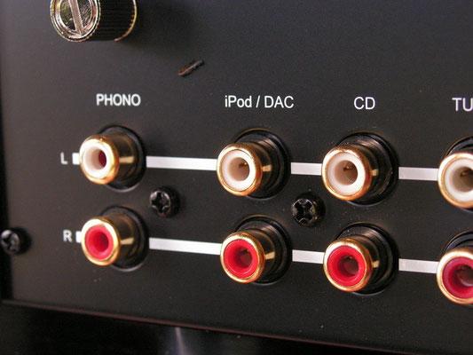 eine Phonoplatine ist an Bord, auf Wunsch kann stattdessen ein D/A Wandlermodul eingesetzt werden