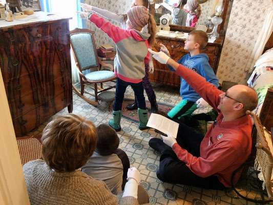 In the Masselink bedroom, teacher asks the children to find the photo of the horse drawn carriage.