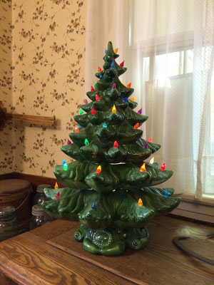This lighted ceramic Christmas tree in the Dekker-Huis kitchen is also a music box!