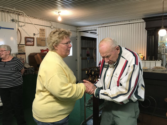 Del Hoffman greets tour organizer, Arlene (photo by Susan)