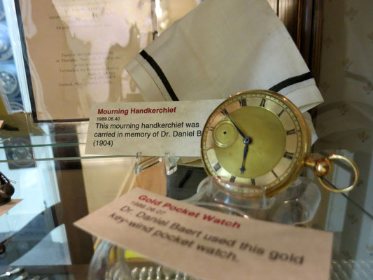 Dr. Daniel Baert used this gold key-wind pocket watch.