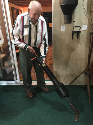 Del Hoffman demonstrates an old PUMP vacuum cleaner (photo by Susan)