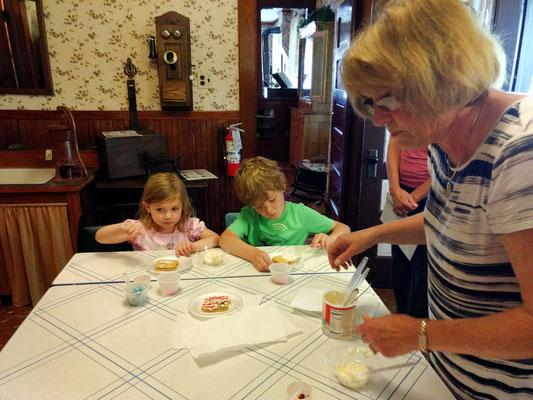 Decorating cookies in the Dekker-Huis kitchen (photo by Arlene)