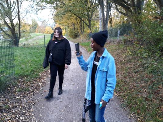 Alina und Ängie auf dem Weg zu ihrem Lieblingsort