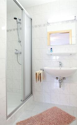 Helles und modernes Bad mit Dusche / WC