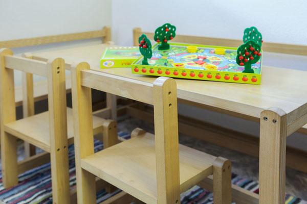 Massive selbstgebaute Kindersitzgruppe inkl. Hochstuhl in unserer Gästeküche