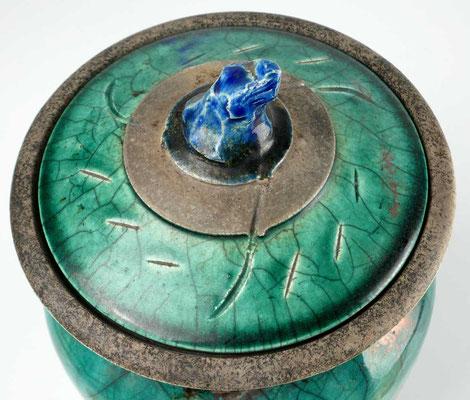 Raku Dosen Deckel 17 Jahre im Gebrauch grüne Raku Glasur Knauf blau