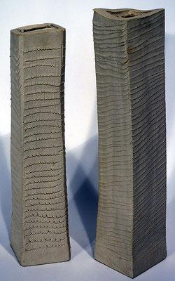 graue Porzellanvasen geritzt unglasiert