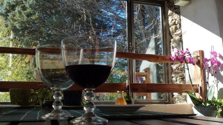 On peut aussi manger ou se détendre sur la terrasse attenante au séjour.