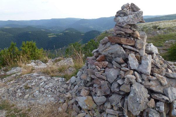Suivre les crêtes, ajouter sa petite pierre sur un cairn du Causse Méjean