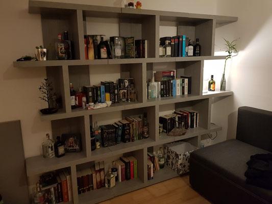 Woop woop, ausgezogen, eigene Möbel und das beste Gin & Bücherregal überhaupt.