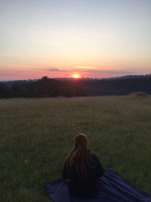 Die Sonne geht immer wieder auf, es geht weiter und irgendwie gehts auch die richtigen Wege. Manchmal wird dir gezeigt was du brauchst, und manchmal, was du nicht brauchst.