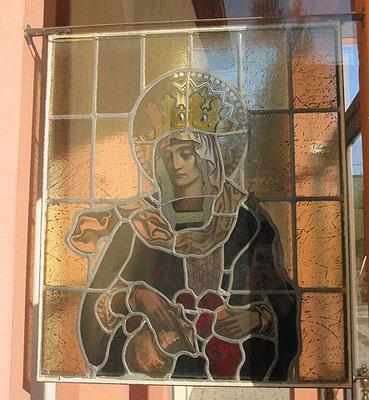 Pluwig, St. Johannes der Täufer. In der Seite des Portikus jeweils ein Heiligenbildnis (altes Glasfenster); hier die Hl. Elisabeth