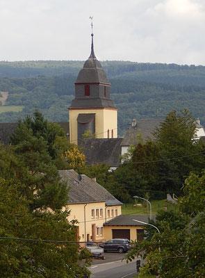 """Pluwig. St. Johannes der Täufer. Im Vordergrund das """"Konderhaus""""."""