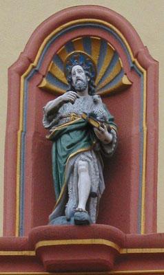 Pluwig, St. Johannes der Täufer, der Namenspatron der Pfarrkirche. Statue in der Fassade des Glockturm