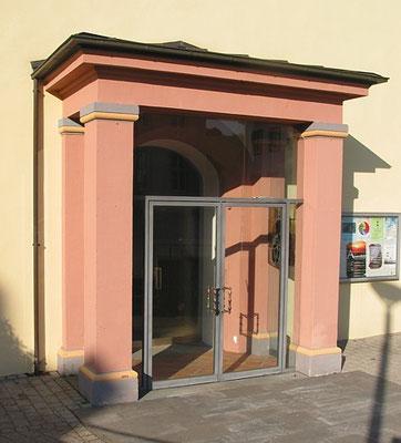 Pluwig. St. Johannes d.T.; Das Eingangsportal (Haupteingang) mit Portikus (Säulen mit Dach)