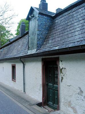 Pluwiger Hammer. Dachgaube im Mansardendach mit Türblatt zur Straßenseite hin.