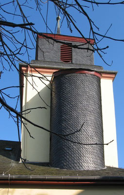 Pluwig. St. Johannes der Täufer. Der halbrunde angebaute Treppenturm mit Schieferverkleidung.