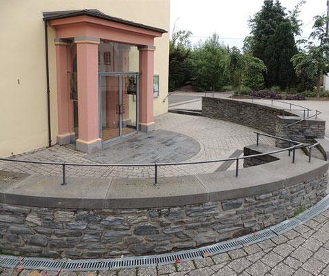 Pluwig. St. Johannes d.T., Portal mit Porticus und Rondell.