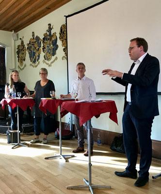 Marcel Montanari referiert am Pre-Event zum Thema Einführung flächendeckende Schulleitung