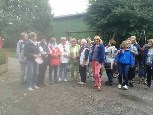 Gruppenfoto auf dem Hof Witthohn