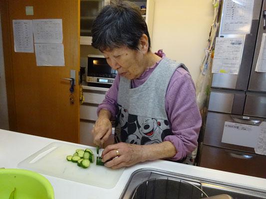 一緒に食事を作っています。職員も助かります。