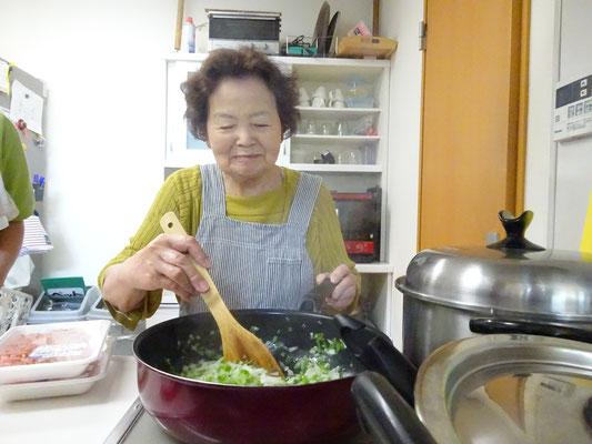 食事の準備のお手伝いです。炒めたり、盛り付けたり、職員も大助かりです!