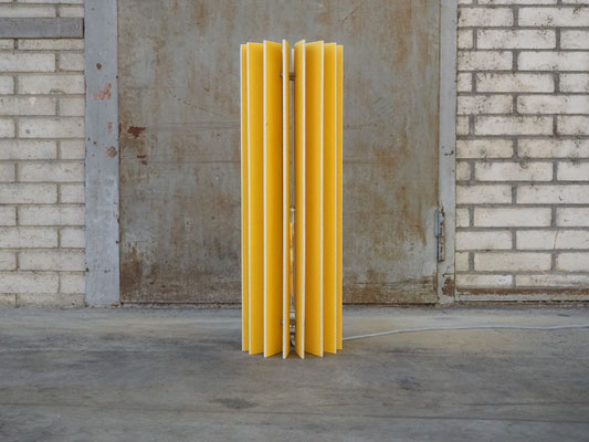 holzlamellen lampe in gelb