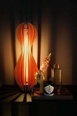 leuchtende stehlampe aus holz auf möbel