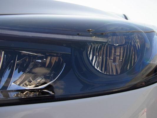 特徴的なLEDヘッドランプ ハロゲンやディスチャージャーの「電球」に当たる部分が無く、上部にLEDがセットされています