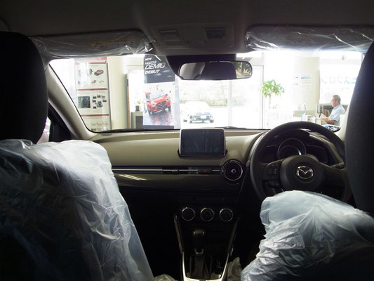 後部座席から。フロントシート上部形状の工夫(DEデミオより絞った形になっています)により、前モデルよりも解放感が増しています。