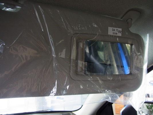 サンバイザー裏のミラーも運転席・助手席両方に搭載。