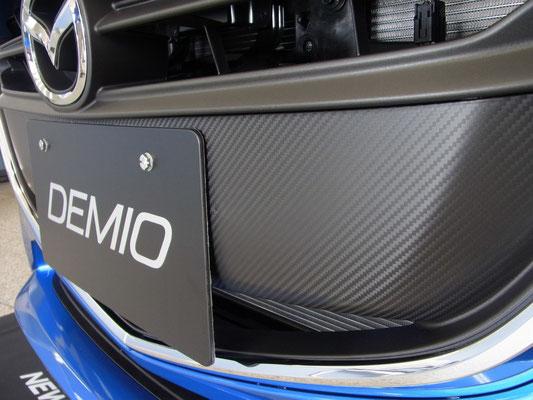 フロントグリルにはカーボン調の加工が施されています。