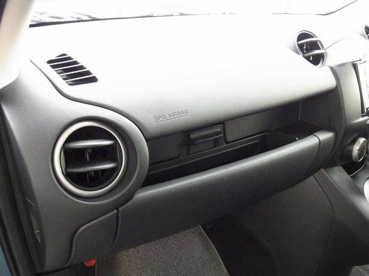 再度エアコンの吹き出し口の配色がシルバーからブラック+シルバーリングとなり、シックなイメージに。